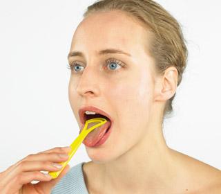 Limpadores de língua e gomas de mascar podem ajudar